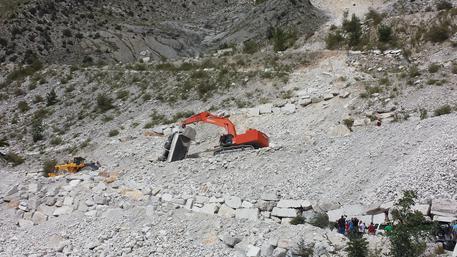 Muore in una cava di marmo dopo un volo di 12 metri. Accertamenti sulla sicurezza.